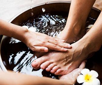 Empapa-de-manera-breve-el-pie-en-agua-caliente-para-ablandar-la-una-y-utiliza-un-cortaunas-que-este-bien-afilado-y-limpio